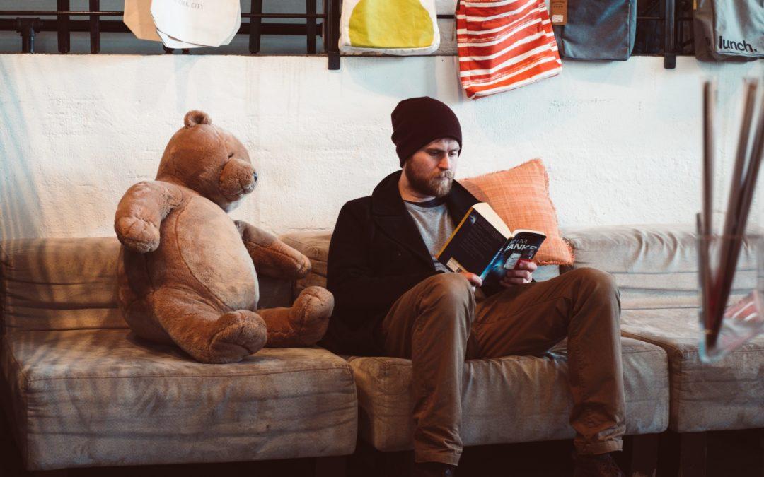 Homme avec ours en peluche